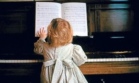 девочка знакомится с классической музыкой